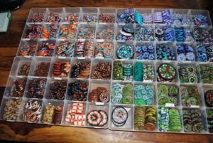 Voorbeeld van handgemaakte knopen diverse kleuren en modellen
