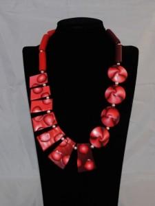 Zeer fraaie ketting rood metalic kralen allen handgemaakt (Medium)